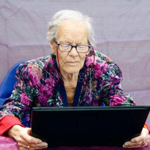 Anziana signora al pc
