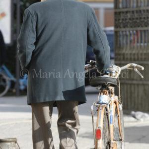 Anziano signore con la sua bicicletta