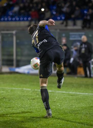 Robert Gucher con la palla al piede lotta con l'avversario